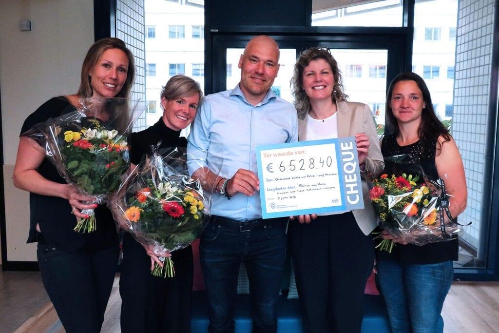 cheque uitreiking marathon voor kahler