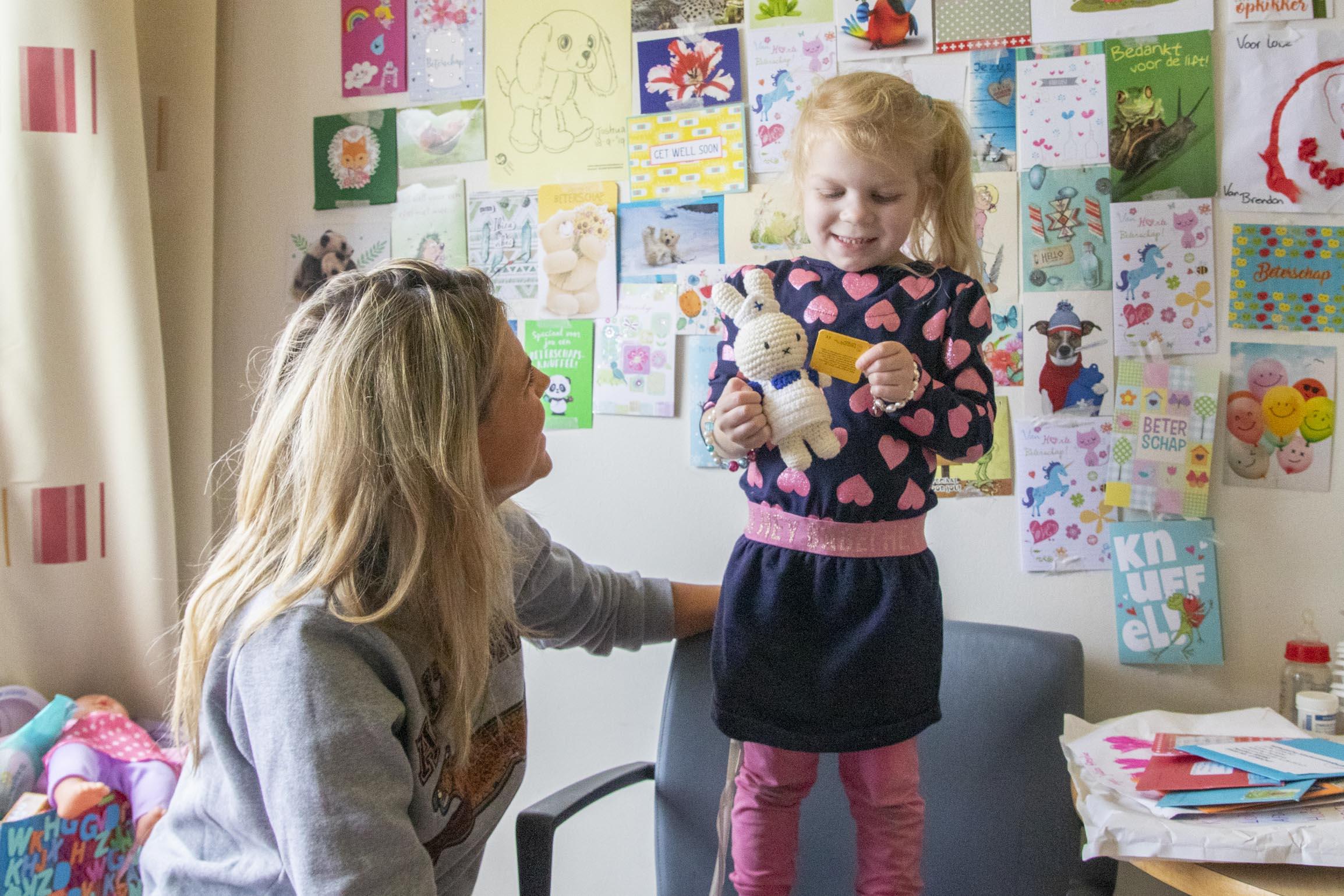 Kim Kötter geeft het eerste nijntje aan een patiëntje in het Wilhelmina Kinderziekenhuis.